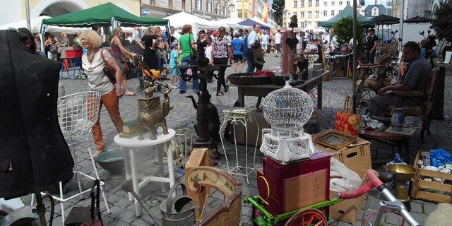 Am 1. Mai 2018 findet in der Rosenheimer Fußgängerzone wieder der Antik- & Trödelmarkt statt. Alles zum Rahmenprogramm erfahren Sie hier. Am 15. August findet übrigens ein weiterer Markt in Rosenheim statt. Auch hierzu gibt´s die Infos hier.