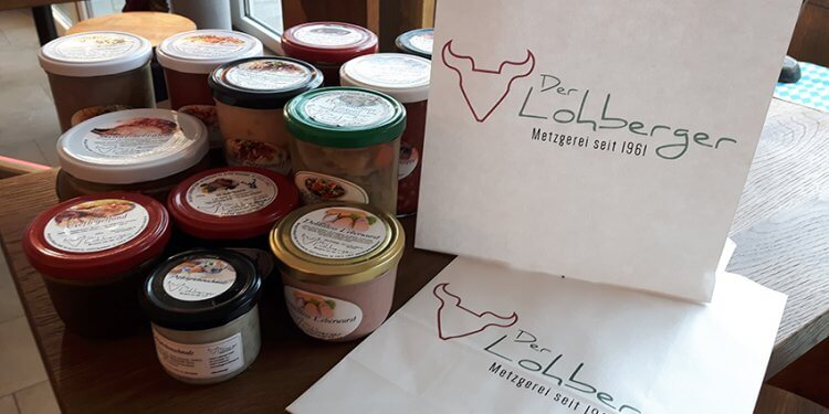 Konserven aus Glas, Tüten aus Papier und der Coffee to go im eigenen Keramikbecher: Die Metzgerei Lohberger steht auf nachhaltige Verpackung.