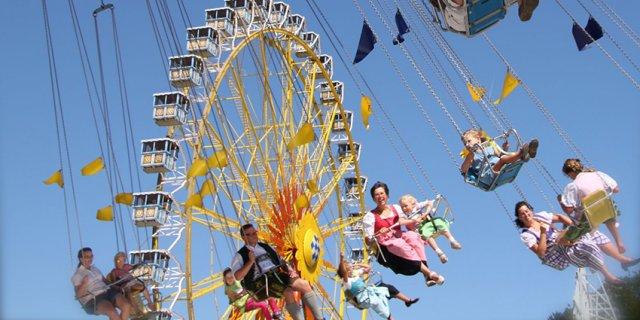 Das Pfingstvolksfest Bad Aibling heißt vom 18. Mai bis zum 27. Mai seine Besucher mit einem abwechslungsreichen Programm willkommen. Dazu zählen auch der beliebte Kindertag mit kleinen Preisen und das großartige Brillantfeuerwerk.