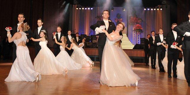 Debütanten gesucht. Gemeinsam mit deine/m/r Tanzpartner/in eröffnest du den Rosenball im KUKO und fährst mit etwas Glück zum Opernball.